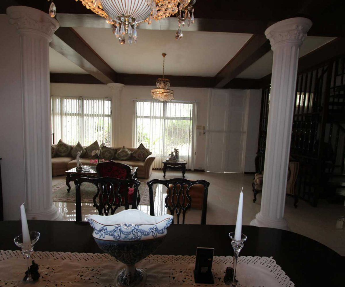 Old Style Manta Home Dinner Room